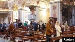 Romada San Lorenzo in Luçina kilsəsində məhdud sayda insanın iştirakı ilə Pasxa mərasimi keçirilir.