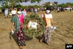지난달 10일 미얀마 펄 마을에서 미얀마 군부 쿠데타에 맞서 투쟁하다 살해된 시인 켓 띠의 장례식이 열렸다.