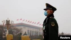 Paravojni policajac stražari nedaleko od Velike narodne dvorane pred otvaranje Nacionalnog narodnog kongresa u Pekingu, Kina, 5. marta 2021. U izveštaju američkih obavještanih agencija, Kina predstavlja najveću prijetnju po SAD.