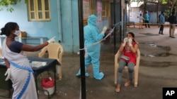 بھارت میں کرونا وائرس کے پھیلاؤ میں مسلسل تیزی آ رہی ہے اور ہر گزرتے دن کے ساتھ نئے ریکارڈ بن رہے ہیں۔