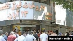 در مقابل داروخانه ها، بازار سیاه داروهای مقابله با کرونا ایجاد شده است. رسانه های ایران