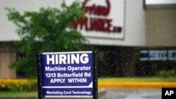 ARCHIVO - En esta foto de archivo del 24 de junio de 2021, se muestra un letrero de contratación en Downers Grove, Illinois, EE.UU.