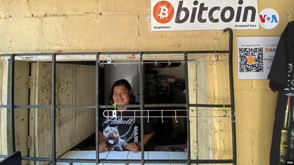 Margarita Castillo, en su negocio de refrescos, útiles escolares y ropa en El Zonte, acepta bitcóin como moneda de pago.