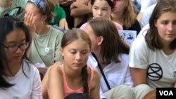 Aktivis iklim remaja Greta Thunberg (tengah) di depan Kantor PBB di New York pada 30 Agustus 2019. (Foto: M. Besheer/VOA)