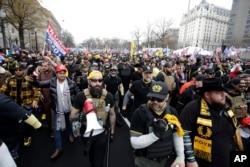 Прихильники Дональда Трампа, одягнені в кольори, які асоціюють з угрупованням Proud Boys, під час маршу у Вашингтоні 12 грудня 2020