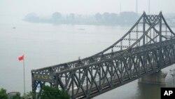 Qyteti kinez Dandong ndodhet përtej lumit Yalu nga qyteti koreanoverior Sinuiju.
