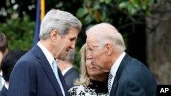 រដ្ឋលេខាធិការលោក John Kerry និយាយជាមួយនឹងអនុប្រធានាធិបតីសហរដ្ឋអាមេរិក Joe Biden កាលពីថ្ងៃទី២៥ ខែកញ្ញា ឆ្នាំ២០១៥។