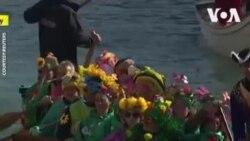 Défilé de bateaux dans le carnaval à Venise