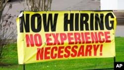Un cartel de la empresa minorista Channel Control Merchants LLC en Hattiesburg, Mississippi, anuncia que está contratando empleados sin experiendia en el giro el 27 de marzo de 2021.