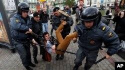 تصویر یکی از بازداشتهای رومن دوبروخوتوف، روزنامهنگار روس مخالف دولت - آرشیو