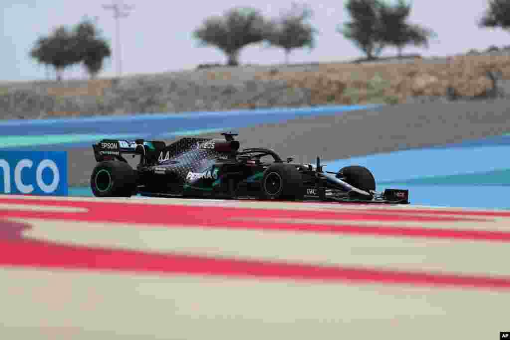 راننده بریتانیایی مرسدس در دور نخست تمرینی فرمول یک مسابقات بحرین که از چند روز دیگر شروع میشود.