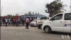 Manifestação à porta de unidade policial contra apreensão de motorizadas em Benguela