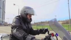 美国专讯:1)油价下跌波及德州能源经济 2)摩托头盔导航技术提高道路安全系数