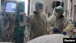 Y tá chăm sóc một bệnh nhân nhiễm COVID-19 ở California.