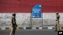 سرینگر میں جموں و کشمیر کے سابق وزیر اعلیٰ فاروق عبداللہ کے گھر کے باہر سخت سکیورٹی تعینات ہے — فائل فوٹو