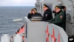 Presiden Rusia Vladimir Putin (kiri) ketika menyaksikan latihan Angkatan Laut Rusia di Laut Hitam, Krimea, awal tahun lalu (foto: dok).
