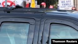 پرزیدنت ترامپ یکشنبه ۴ اکتبر سوار بر خودرو برای مدتی کوتاه از بیمارستان والتر رید خارج شد و برای هواداران خود دست تکان داد