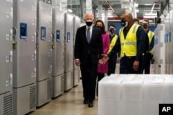 拜登總統走過輝瑞疫苗廠的冷凍櫃區域。 (2021年2月19日)