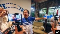 El periodista Miguel Mora habla con la prensa en su casa de Managua, Nicaragua, tras ser liberado el martes 11 de junio de 2019.