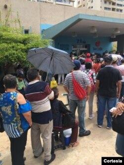 Largas filas para vacunarse contra COVID-19 en BanZul, Maracaibo, Venezuela, el 29 de julio de 2021. Foto cortesía.