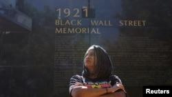 Vanesa Hal-Harper iz gradske skupštine Tulse ispred spomenika žrtvama masakra na Crnom Vol stritu 1921, 18. juna 2020.