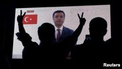 Para pendukung partai pro-Kurdi di Turki, Partai Rakyat Demokratik (HDP) menyaksikan mantan pemimpinnya Selahattin Demirtas saat tampil di televisi, Istanbul, Turki, 17 Juni 2018.