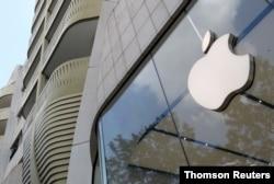 Logo perusahaan teknologi Apple di Brusel. (Foto: Reuters)