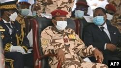 Le général Mahamat Idriss Deby, au centre, lors des funérailles nationales du défunt président tchadien Idriss Deby à N'Djamena, le 23 avril 2021.