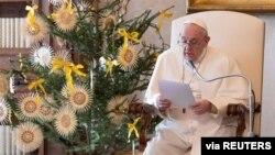 Paus Fransiskus memberikan khotbah mingguan di Vatikan.