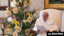 Papa Francis akiongea baada ya maombi ya kila wiki katika maktaba kwenye maktaba ya Apostolic Palace, Disemba 30, 2020. (Credit: Vatican Media)