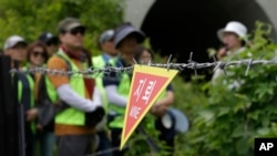 南韓徒步旅行者在非軍事區和平步道上看到地雷的標誌(2019年6月14日)
