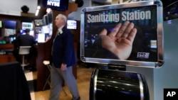 2020年3月3日交易员经过纽约证券交易所洗手台。