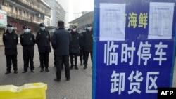 지난해 1월 신종 코로나바이러스 발생으로 패쇄된 중국 우한의 화난수산시장에 보안 경비대가 배치됐다.