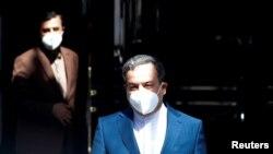 Iranski zamjenik u Ministarstvu vanjskih poslova Abbas Araghchi i iranski veleposlanik u nuklearnom čuvaru Ujedinjenih naroda Kazem Gharibabadi napuštaju sastanak Zajedničkog povjerenstva JCPOA, u Beču, Austrija, 9. travnja 2021.