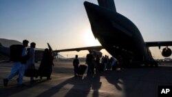 មគ្គទ្ទេសក៍អាកាសយានិករបស់កងទ័ពអាកាសអាមេរិក ជម្លៀសអ្នកដំណើរឡើងយន្តហោះ C-17 Globemaster III របស់កងទ័ពអាកាសអាមេរិកនៅអាកាសយានដ្ឋានអន្តរជាតិ Hamid Karzai ក្នុងទីក្រុងកាប៊ុល ប្រទេសអាហ្វហ្គានីស្ថាន កាលពីថ្ងៃទី២៤ ខែសីហា ឆ្នាំ២០២១។ (រូបនេះ ផ្តល់ឲ្យដោយកងទ័ពអាកាសអាមេរិក)
