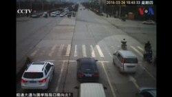 Em bé rơi khỏi ô tô đang chạy ở TQ