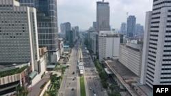 Suasana di jalan Thamrin di sekitar bundaran Hotel Indonesia (HI), Jakarta, saat pandemi corona, 14 April 2020. (Foto: dok).