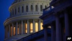 گنبد ساختمان کنگره ایالات متحده در شهر واشنگتن. آرشیو، ۱۶ مارس ۲۰۲۰