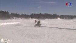 Dondurulmuş gölün üzərində motosiklet yarışları