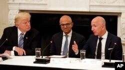 Presiden AS Donald Trump, CEO Microsoft Satya Nadella, dan CEO Amazon Jeff Bezos dalam diskusi di Gedung Putih, 19 Juni 2017 (foto: dok).