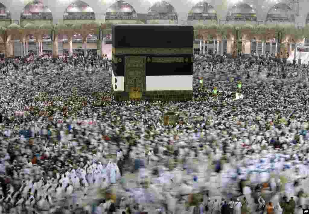 Mahujaji wakizunguka jengo la Kaaba katika msikiti mtukufu wa Makka, Saudi Arabia ikiwa ni sehemu ya ibada ya Hijja.