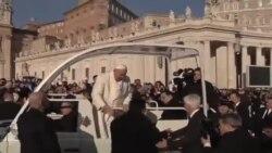 El Papa invita a un amigo a pasear en papamóvil
