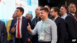 乌克兰总统泽伦斯基在乌克兰基辅举行的议会选举后在他所在党总部观看选举结果(2019年7月21日)
