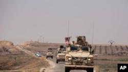 ABŞ-ın zirehi maşınları Suriya və Türkiyə sərhədində birgə patrul əməliyyatı keçirmək üçün Tal Abyad istiqamətində hərəkət edir, 6 sentyabr, 2019.