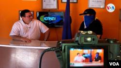 El periodista y director del medio Notimatv en Nicaragua, Eduardo Montenegro, durante una transmisión. Foto cortesía.