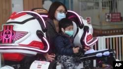 遊客在台灣台北市台北兒童遊樂園戴上口罩,以防止新的冠狀病毒傳播。(2020年4月11日)