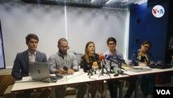 De izquierda a derecha César Rincón, Manuel Parejo, Ronna Rísquez, Héctor Navarro y Mirla Páez; miembros de la red de periodistas e investigadores Monitor de Víctimas, el 27 de julio, en Caracas. [Foto: VOA/Adriana Núñez Rabascall]