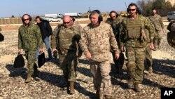 جنرال مکنزي د جون په ۲۵ نیټه په سوریه کې د یو پوځي مرکز د لیدو پرمهال
