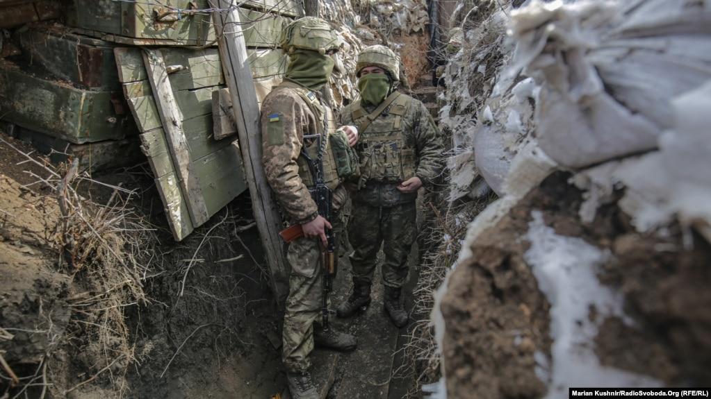 Украинские военнослужащие на линии соприкосновения в районе Авдиивки, Донецкая область. Архивное фото