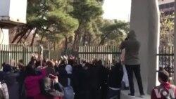 «شعار مرگ بر دیکتاتور» در دانشگاه تهران همزمان با ۹ دی، روز راهپیمایی حکومتی